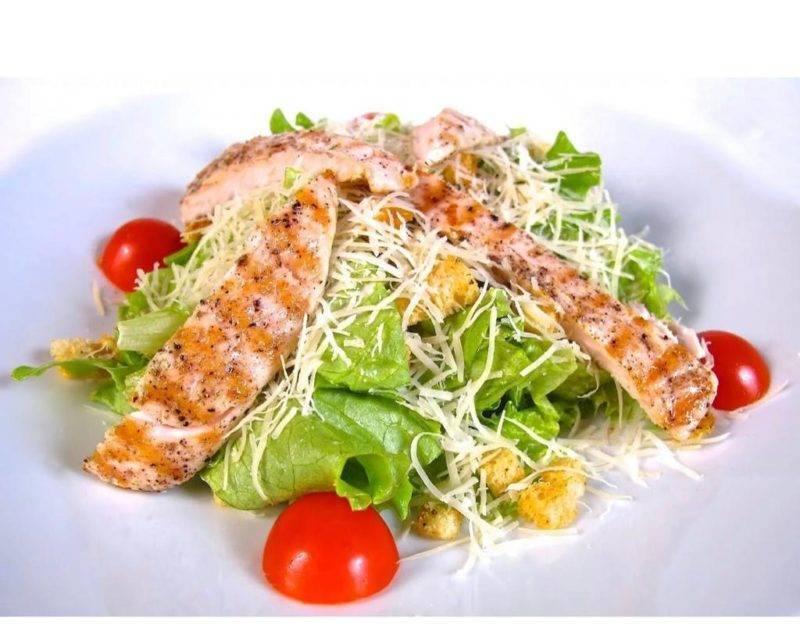 Салат «цезарь» с семгой: рецепты