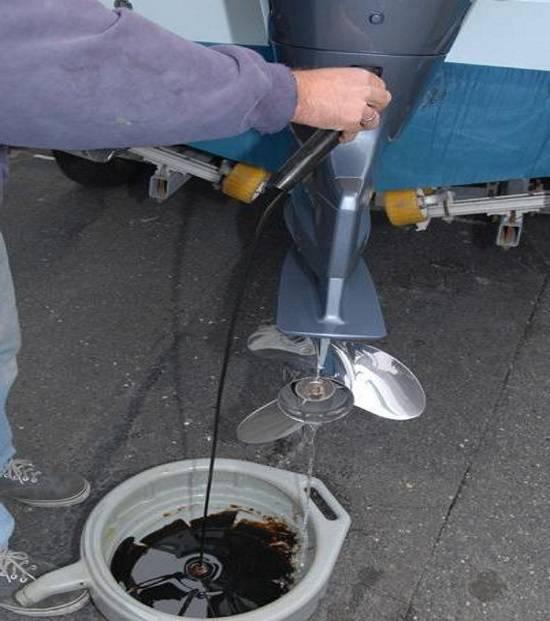 Через сколько часов менять масло в лодочном моторе