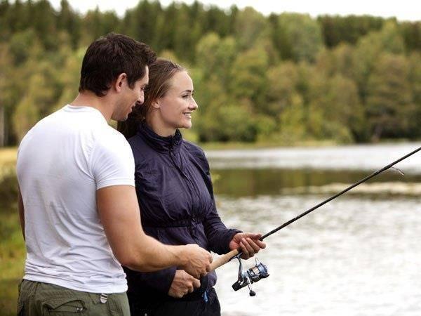 Ловить рыбу удочкой мужчине