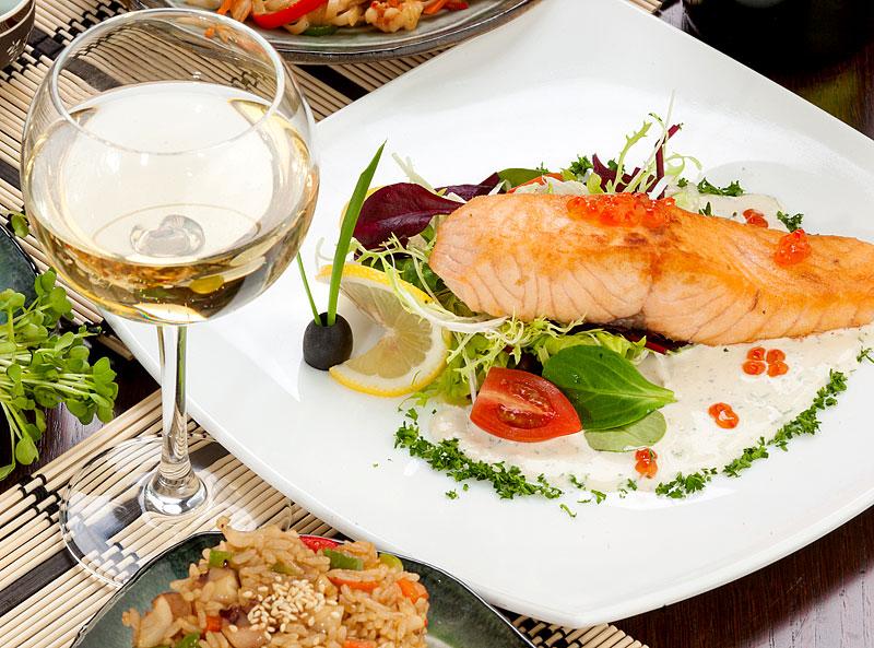 Белое вино к рыбе. почему белое вино подают к рыбе, а красное - к мясу? | интересные факты
