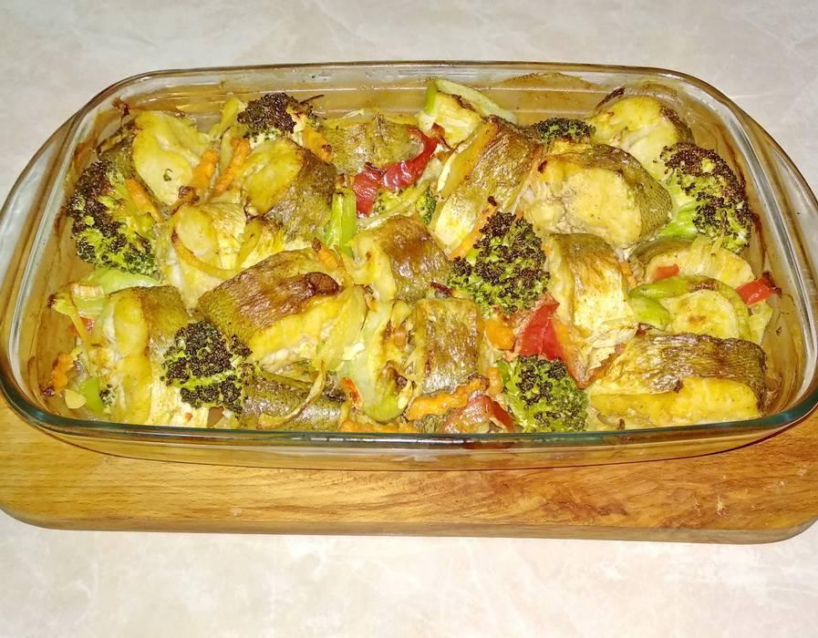 Щука запеченная в духовке со сметаной на подушке из овощей