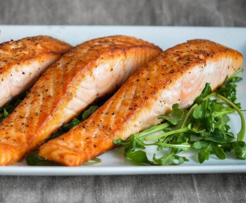 Стейк лосося в духовке в фольге, на сковороде, гриле, мангале. рецепт со сливочным соусом, овощами, картошкой, лимоном, рисом. фото пошагово