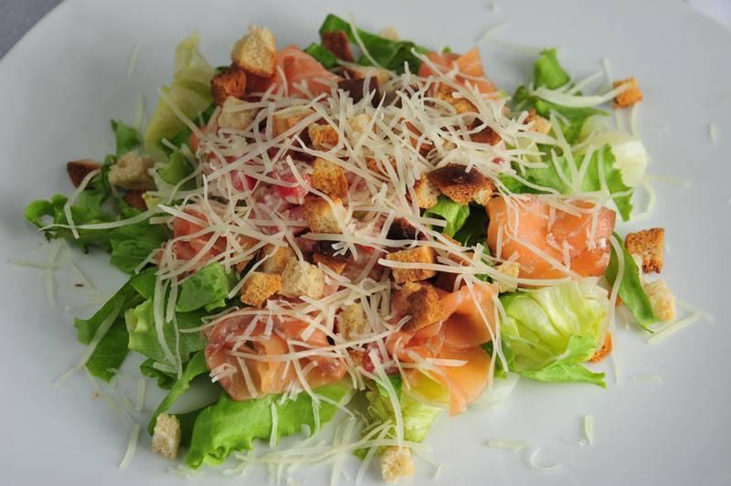 Салат цезарь с семгой: рецепт с фото, приготовление в домашних условиях