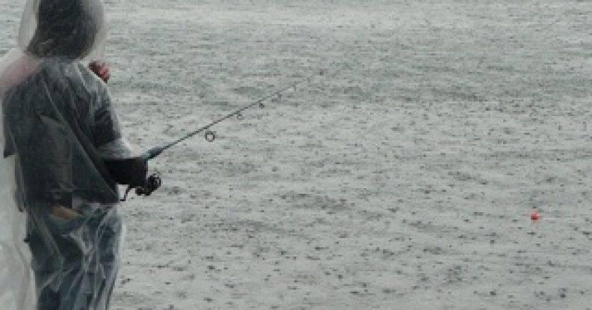 Клюет ли рыба в дождь: особенности рыбалки, советы