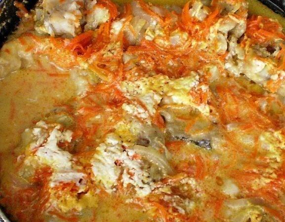 Рыба тушеная с морковью и луком на сковороде
