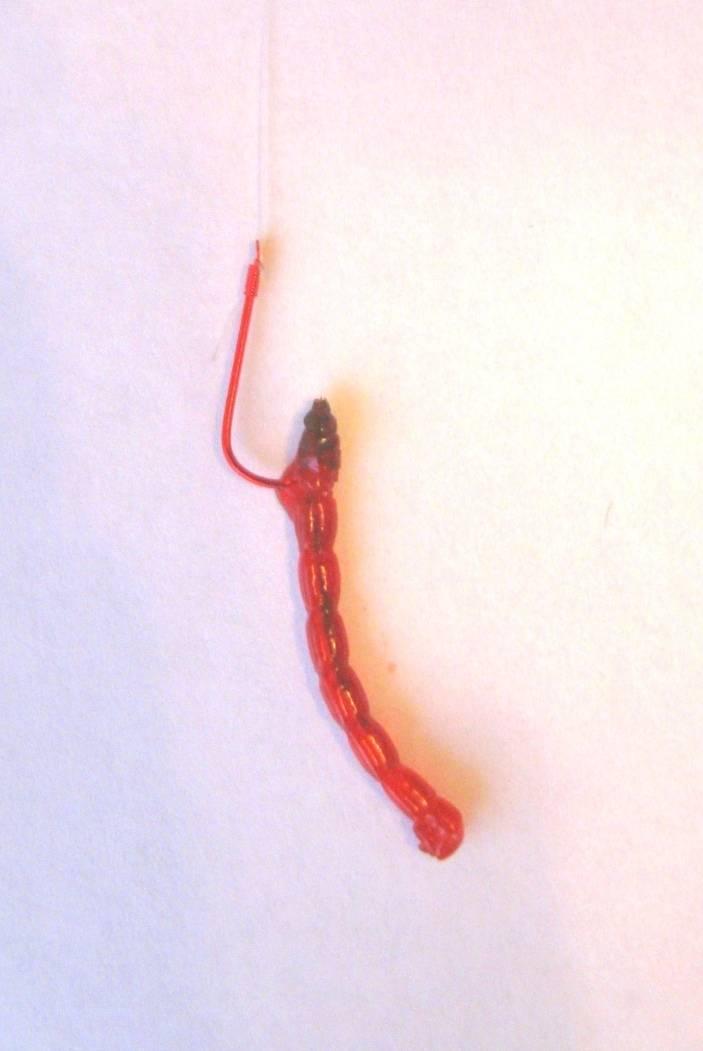 Как насаживать мотыля на крючок, различные способы правильной насадки