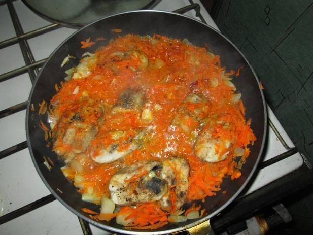 Хек, тушеный с морковью и луком