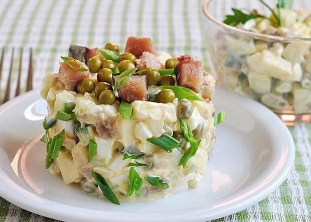 Салат с копченой рыбой горячего и холодного копчения: рецепты