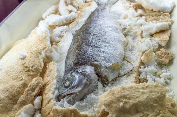 Речную рыбу я теперь готовлю только в соляном панцире