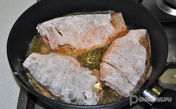 Караси, жареные на сковороде - 6 пошаговых фото в рецепте