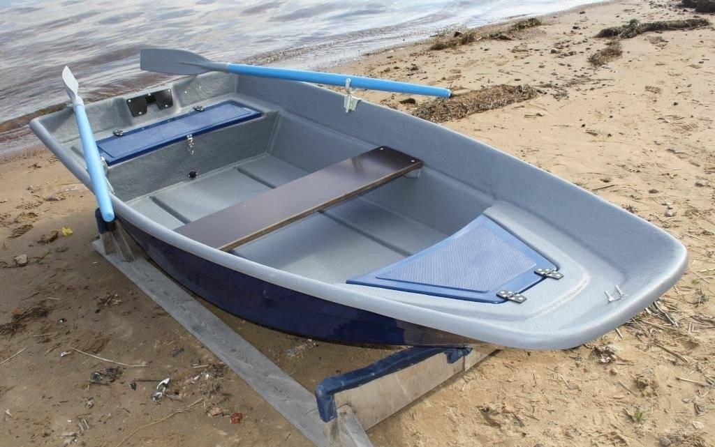 Пластиковые лодки (48 фото): лодки под мотор 5-10 л. с. для рыбалки и складные гребные лодки, моторные и другие модели российского производства