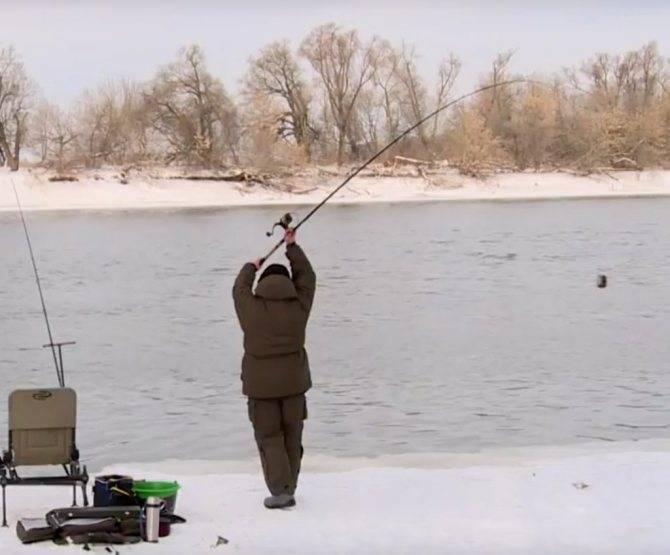 Рыбалка со льда и по открытой воде в декабре
